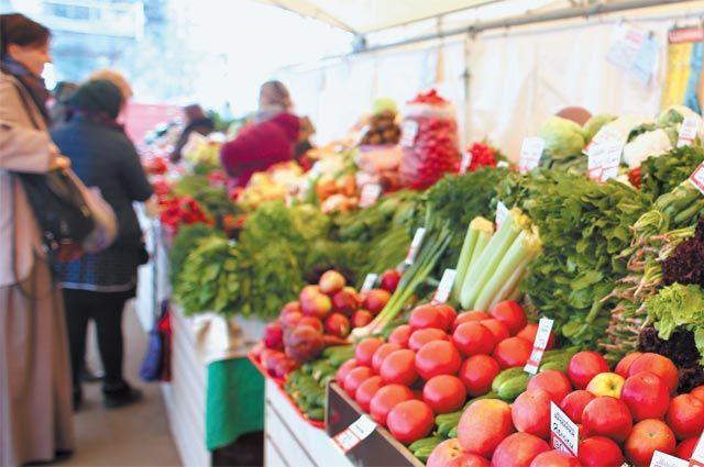 Прилавок с овощами на ярмарке выходного дня у метро «Проспект Вернадского».