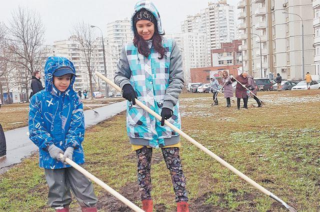 Мария и её сын Марк на субботнике 13 апреля (на ул. Поляны).