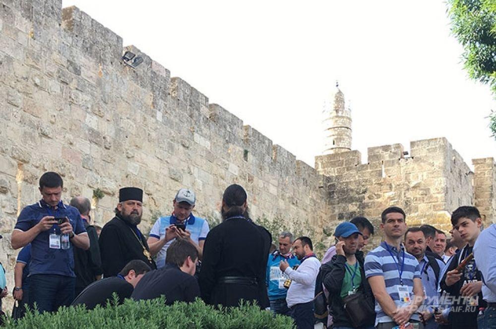 Паломники ждут, когда откроют проход к Храму Гроба Господня.