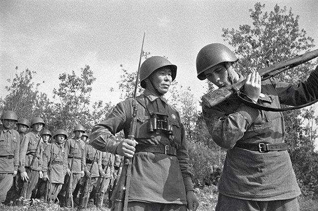 Снайпер Семён Номоконов (слева).