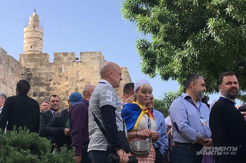 Православные верующие в ожидании доступа к храму Гроба Господня в Иерусалиме.