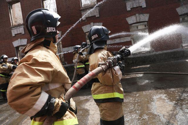 По прибытии пожарных оказалось, что на верхнем этаже дома находятся люди.