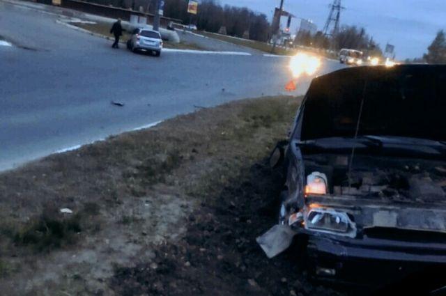 В Оренбурге в ДТП столкнулись автомобили «Лада Приора» и «ВАЗ 2114».