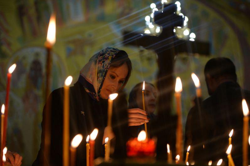 Верующие во время пасхального богослужения в Свято-Троицком кафедральном соборе в Екатеринбурге.
