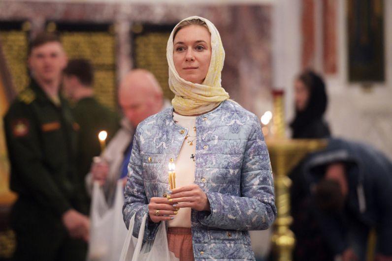 Верующая во время пасхальной службы в Морском Никольском соборе в Кронштадте.