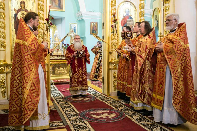 Священнослужители во время пасхальной литургии в кафедральном соборе Александра Невского в Петрозаводске.