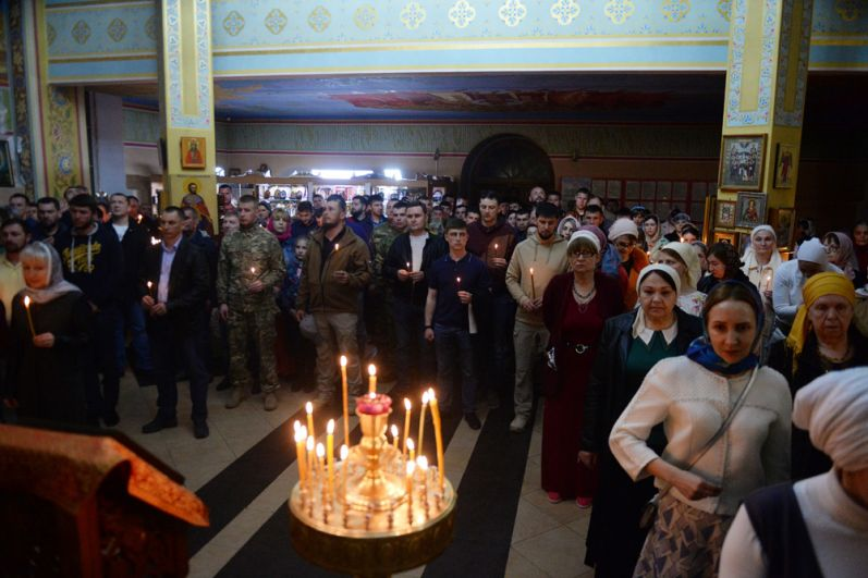 Верующие во время пасхальной службы в храме Михаила Архангела в Грозном.