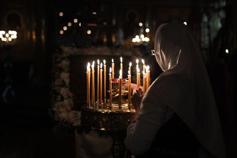 Верующая во время пасхальной службы в соборе Рождества Пресвятой Богородицы Русской Православной Старообрядческой церкви в Новосибирске.