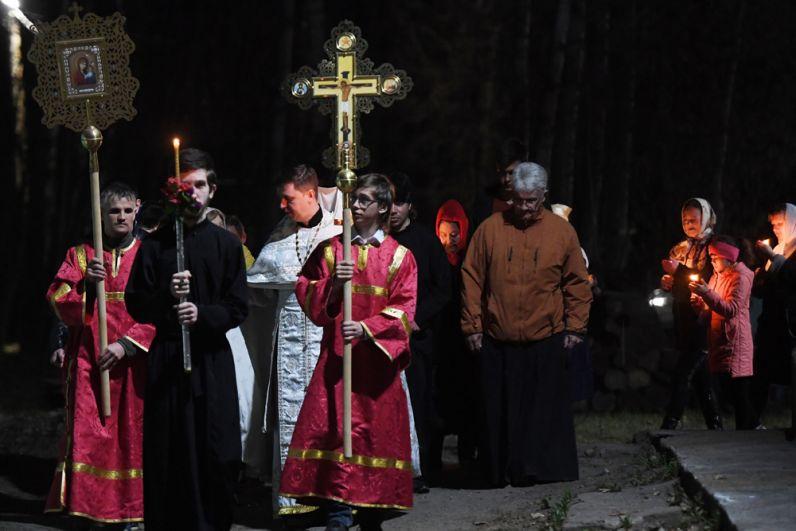 Верующие вовремя крестного хода вхраме иконы Божией Матери «Отрада иУтешение» вЗеленодольске.