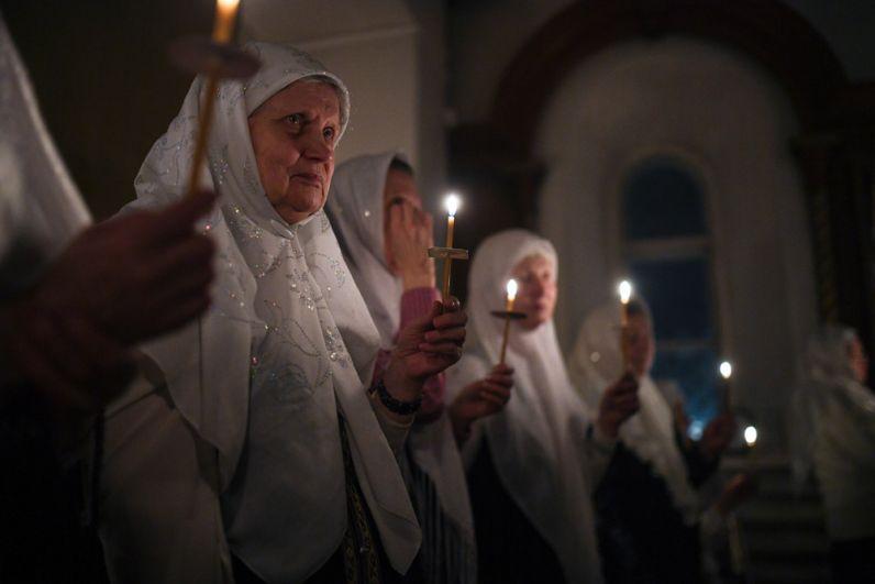 Верующие во время пасхальной службы в соборе Рождества Пресвятой Богородицы Русской Православной Старообрядческой церкви в Новосибирске.