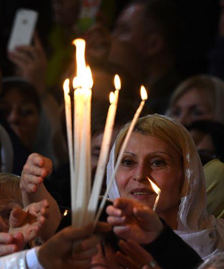 Верующие на праздничном пасхальном богослужении в храме Христа Спасителя в Москве.