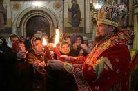 Прихожане смогли зажечь свои свечи от лампады с Благодатным огнём и взять его частичку домой.