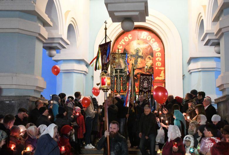 Верующие во время крестного хода в Кафедральном соборе Казанской иконы Божией Матери в Чите.