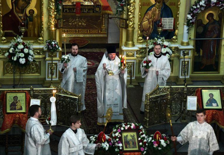 Священнослужители во время пасхального богослужения в Кафедральном соборе Казанской иконы Божией Матери в Чите.