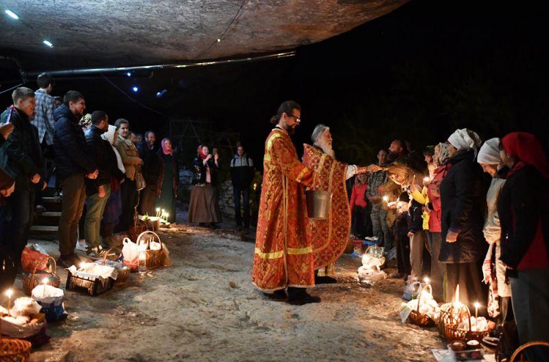 Верующие во время пасхальной службы в скальном мужском монастыре святого мученника Феодора Стратилата на горе Челтер-Коба в Бахчисарайском районе Крыма.
