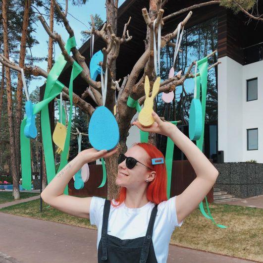Светлана Тарабарова наслаждается праздником и пишет о том, что аромат Пасхи витает даже в воздухе.