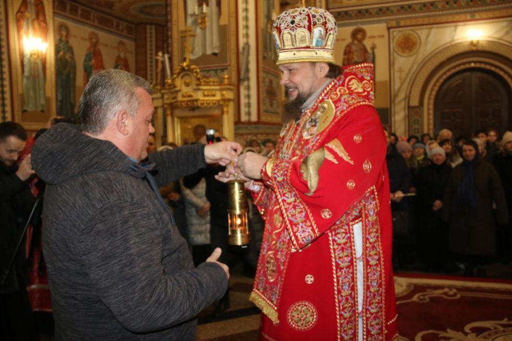 28 апреля Благодатный огонь в Свято-Стефановский кафедральный собор доставил глава республики Сергей Гапликов.