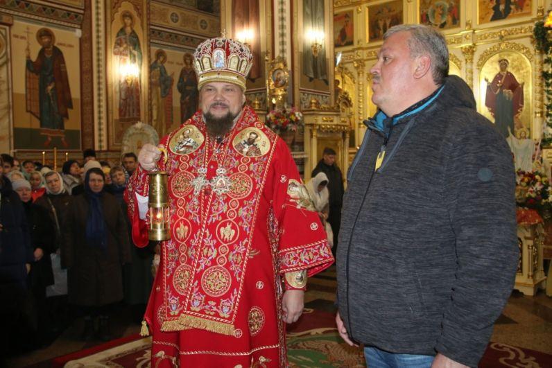 По традиции, каждый год глава Коми приносит частичку огня из Иерусалима на Пасхальное богослужение в Свято-Стефановский кафедральный собор.