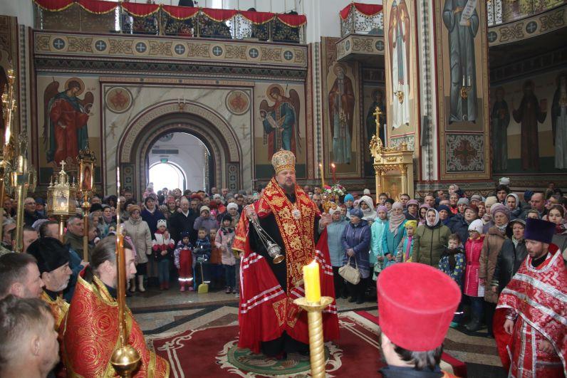 В собор пришло много верующих.