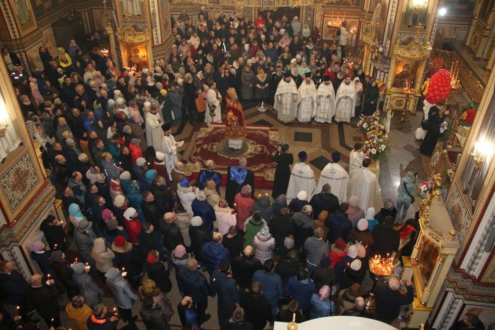 На ночную Пасхальную службу пришло много людей. Встречать Светлое Христово Воскресение собрались целыми семьями.
