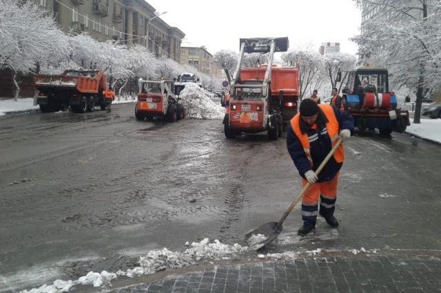 Дорожники бросили все силы на уборку снега.