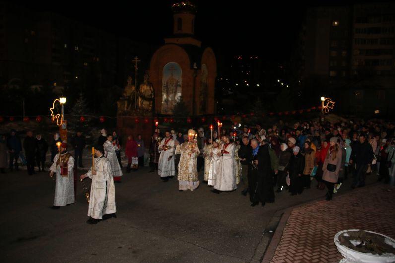 Вместе с архиепископом Сыктывкарским и Коми-Зырянским Питиримом горожане, прошлись Крестным ходом вокруг собора, взяв с собой зажжённые лампады и свечи.