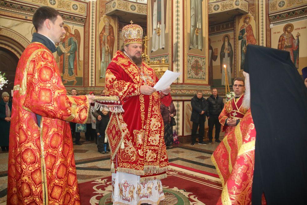 Владыка поздравил прихожан со светлым Христовым Воскресением.