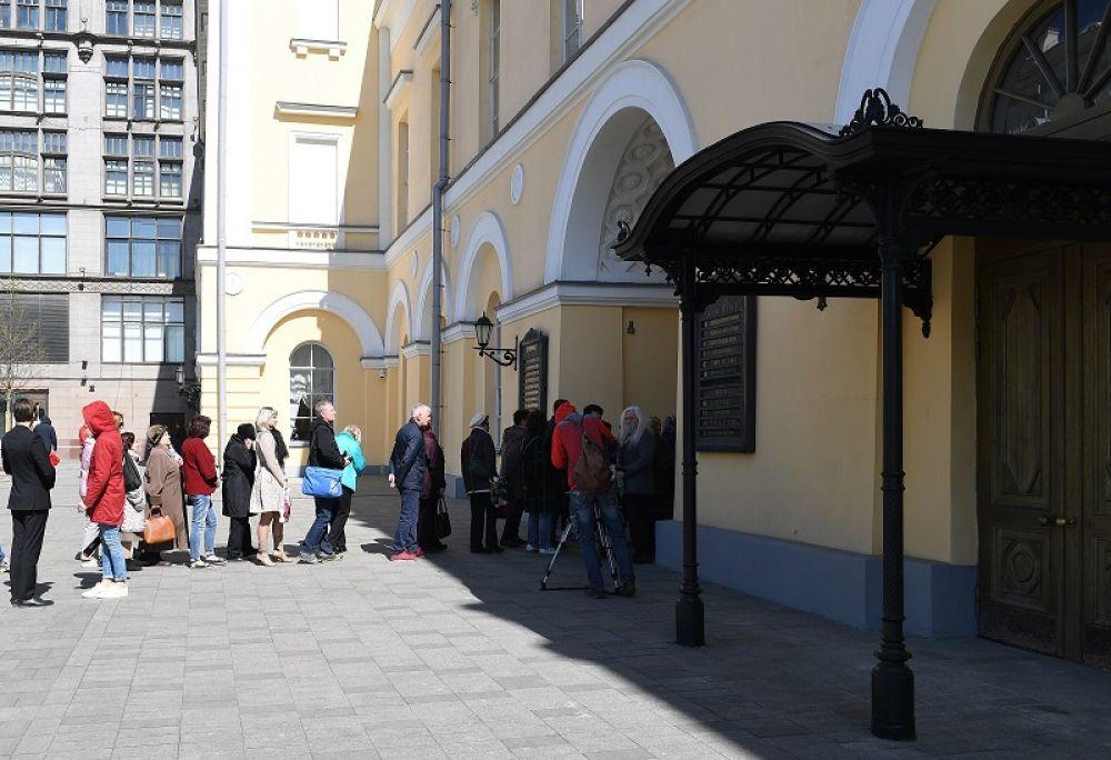 Люди у здания Малого театра, где проходит церемония прощания с актрисой Элиной Быстрицкой.