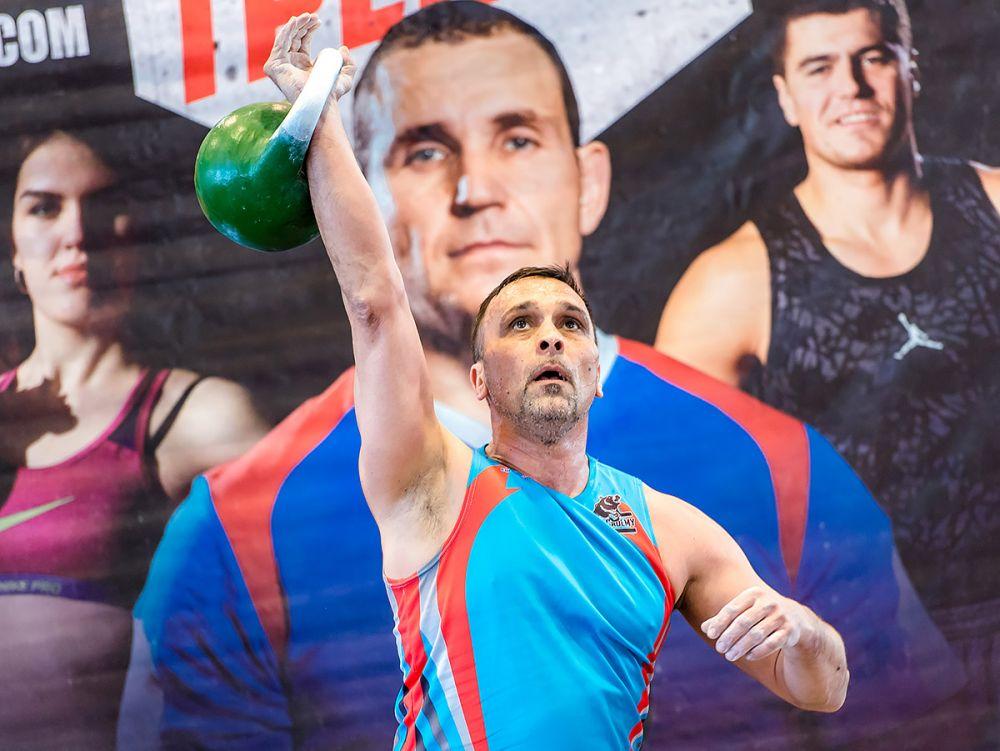 Этот спортсмен поднял 24-килограммовую гирю 300 раз!