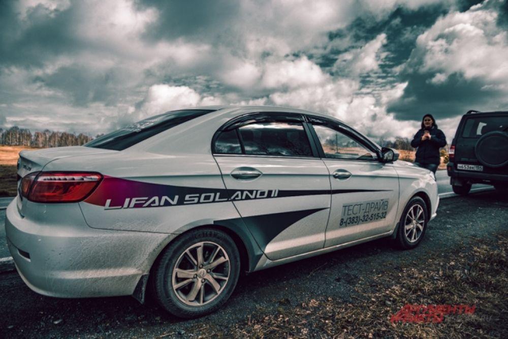 Участникам автопробега устроили тест-драйв на автомобиле Lifan Solano.