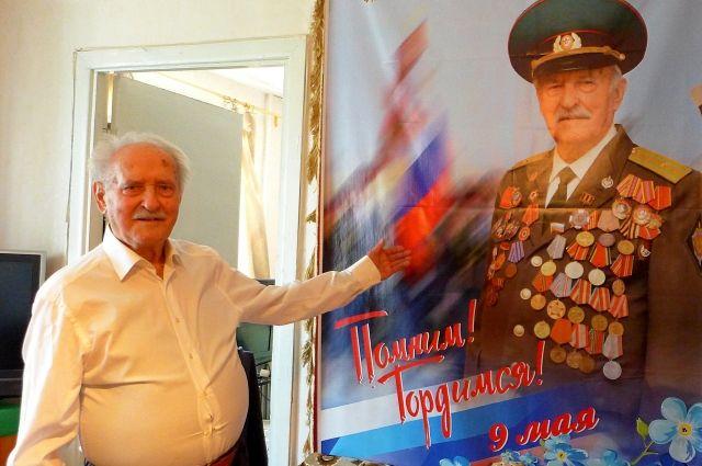 Виктор Шавлаков у именного фотопортрета.