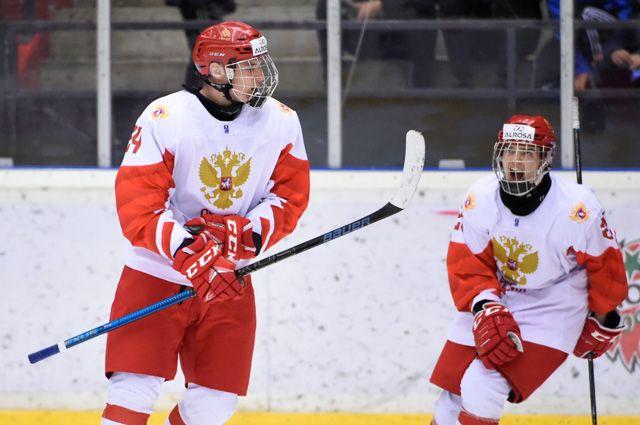Игроки юниорской сборной России по хоккею по время матча против шведов.