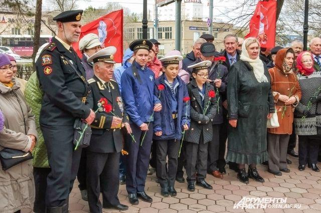Десятки горожан пришли почтить память детей войны.