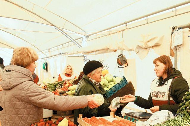На бутовской ярмарке можно понюхать и потрогать каждый овощ перед покупкой.