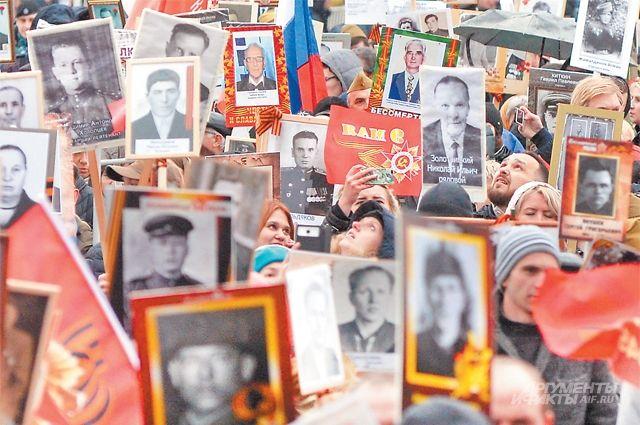 В шествии «Бессмертный полк» скаждым годом принимает участие всё больше людей– «полки» 9 Мая идут поМоскве, повсей России ипо миру.