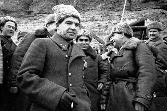 Командующий 62-й армией генерал-лейтенант Василий Иванович Чуйков с членами Военного совета армии и командирами 39-й гвардейской стрелковой дивизии. 1942 год.