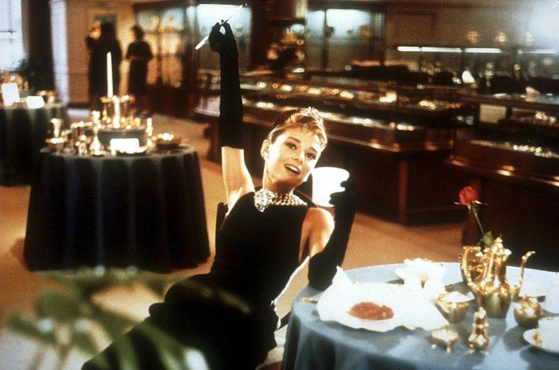 Роль Холли Голайтли, сыгранная Хепберн в фильме «Завтрак у Тиффани» 1961 года, превратилась в один из самых культовых образов американского кино XX века.