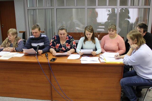 Шесть истцов требуют возмещения морального вреда в размере 30 миллионов рублей.
