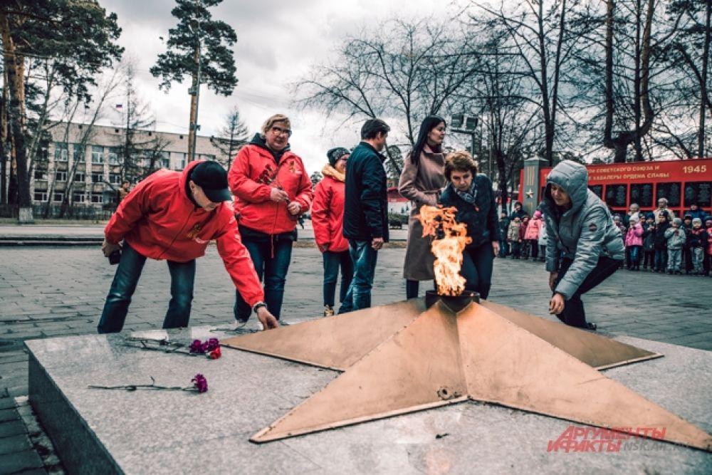 Участники автопробега возложили к мемориалу цветы.