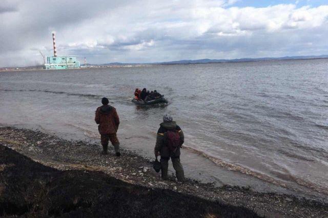 Рыбаки игнорируют предупреждения о запрете выходить на тонкий лед, надеясь на русский