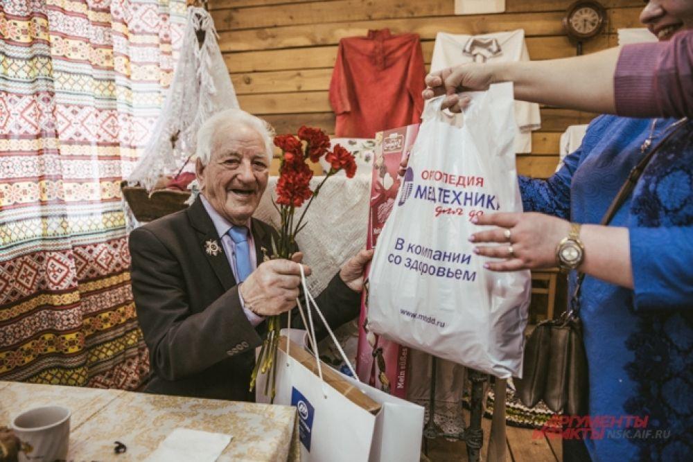 Уважаемым ветеранам вручили подарки от партнеров автопробега.