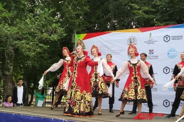 Яркие сценические костюмы влекут детей в народные ансамбли.