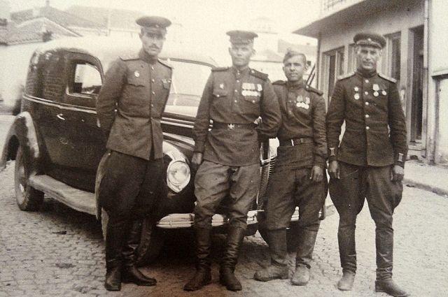 Вениамин Мысляев (второй справа) возил на своей машине высший офицерский состав.