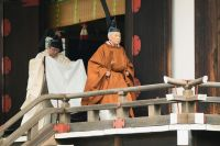 Император Японии Акихито идет на ритуал, где император сообщает о проведении церемонии отречения в Императорском дворце в Токио.
