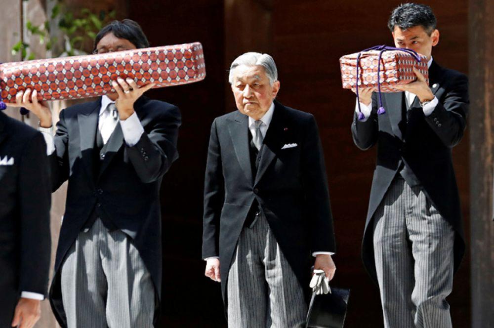 Император Японии Акихито, в окружении чиновников Императорского агентства.