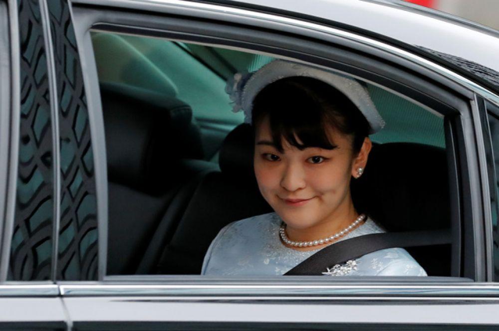 Наследная принцесса Японии прибывает в Императорский дворец.