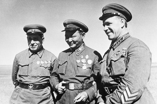Маршал Монгольской Народной Республики Хорлогийн Чойбалсан (в центре), командир корпуса Георгий Констинтинович Жуков (справа) и командарм 2 ранга Георгий Михайлович Штерн (слева) в районе боевых действий на Халхин-Голе. 1 мая 1939 г.