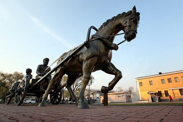 Скульптурная композиция «Переселенцы» на привокзальной площади города Биробиджан.
