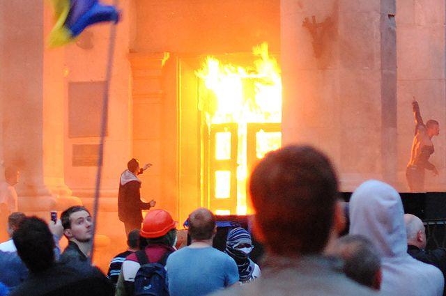 Участники «Марша единства Украины» у горящего Дома профсоюзов в Одессе. 2 мая 2014 г.