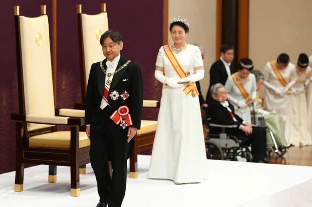 Император Японии Нарухито и императрица Масако покидают церемонию.